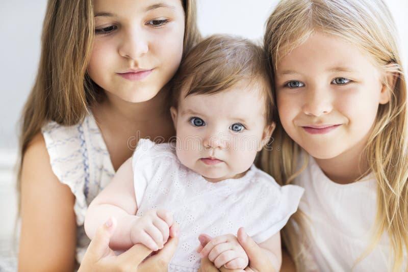 Tre nätta lilla blonda flickor royaltyfri foto