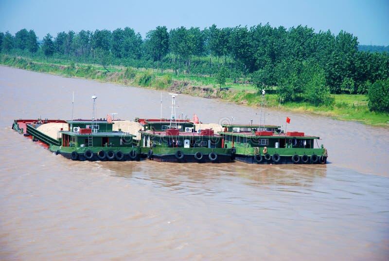 Tre navi da carico con la sabbia al fiume Chang Jiang fotografia stock