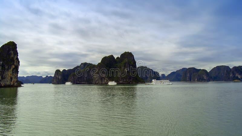 Tre navi e rocce fotografia stock libera da diritti