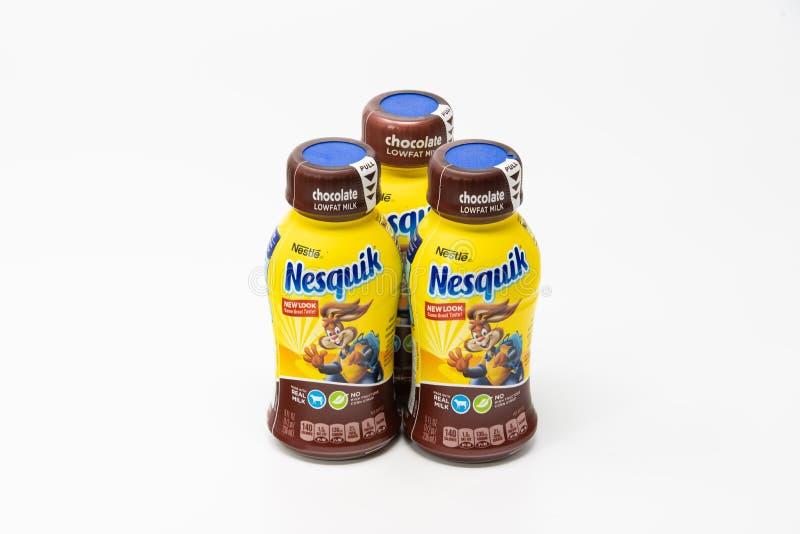 Tre Nesquik dalle bottiglie del latte al cioccolato della società di Nestle immagini stock