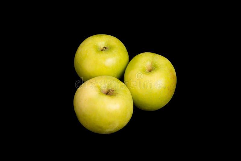 Tre nonna Smith Apples su fondo nero fotografie stock libere da diritti