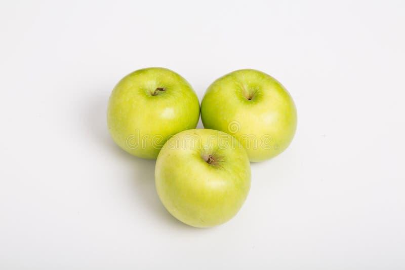Tre nonna Smith Apples sul contatore bianco fotografia stock