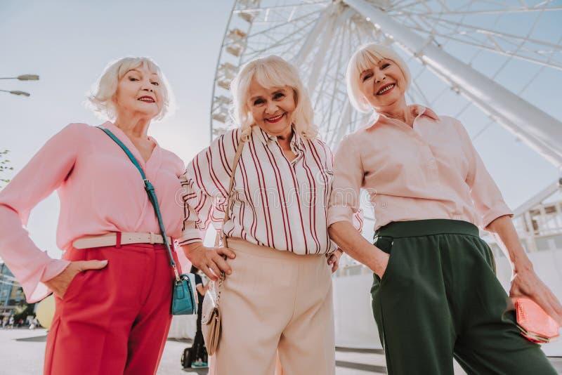 Tre nonne moderne stanno posando per la foto fotografie stock libere da diritti