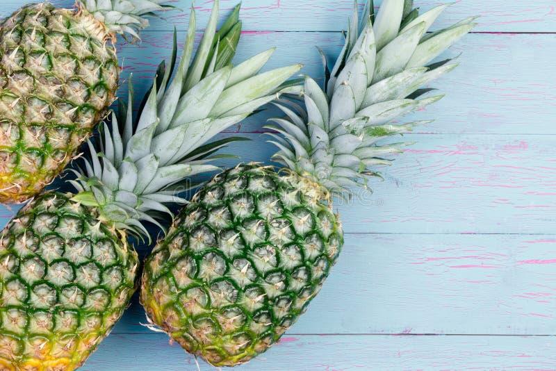Tre nya gröna tropiska ananors royaltyfria bilder