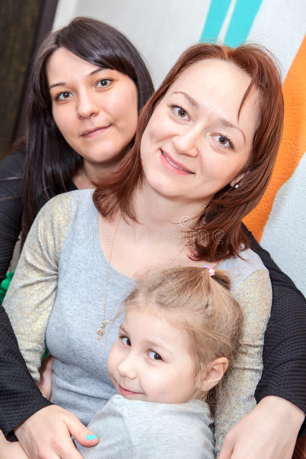 Tre olika åldrar för lyckliga systrar är tillsammans arkivfoto