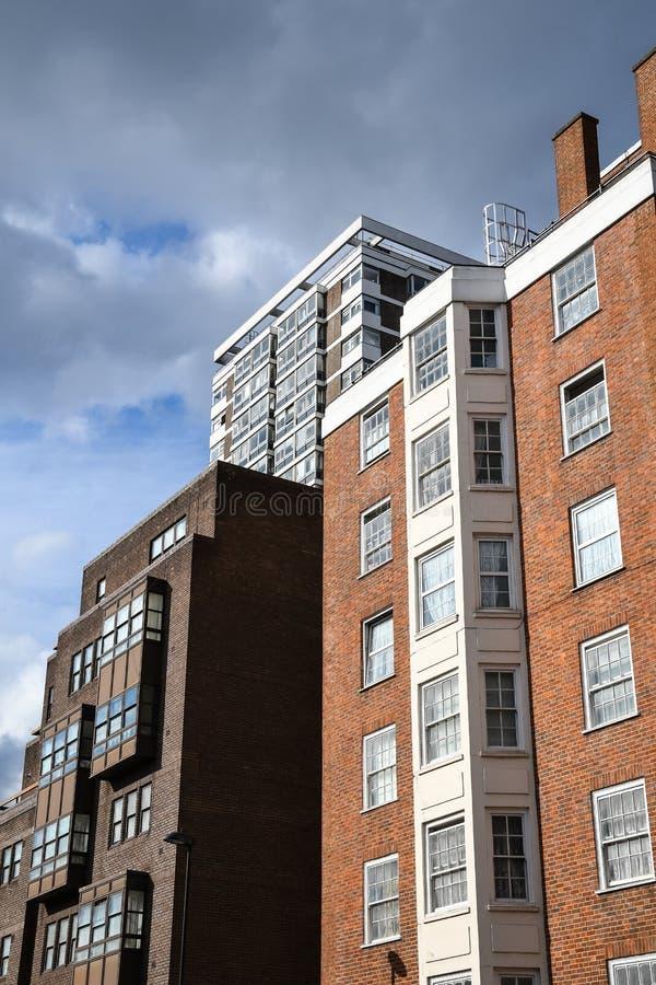 Tre olika flerbostadshus på den Edgware vägen royaltyfria bilder
