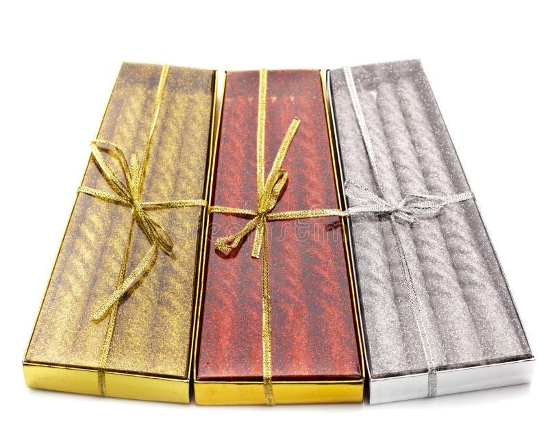 Tre pacchetti del Natale esamina in controluce il rosso, l'argento e l'oro fotografia stock libera da diritti