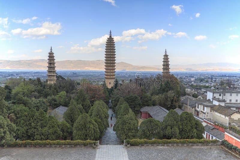 Tre pagoder av den Chongsheng templet nära Dali Old Town, Yunnan landskap, Kina arkivbild