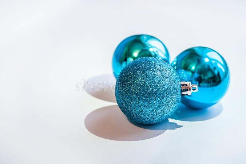 Tre palle blu della decorazione su un fondo bianco immagini stock libere da diritti