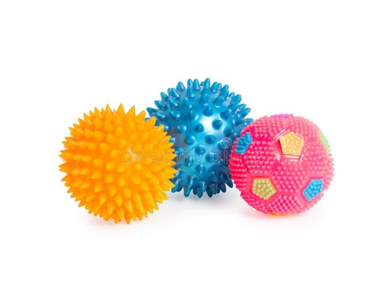Tre palle di gomma con le spine il rosa, blu, ingialliscono isolato sopra immagini stock libere da diritti