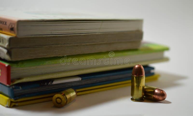 Tre pallottole davanti ad una pila di ` s dei bambini prenota immagini stock libere da diritti