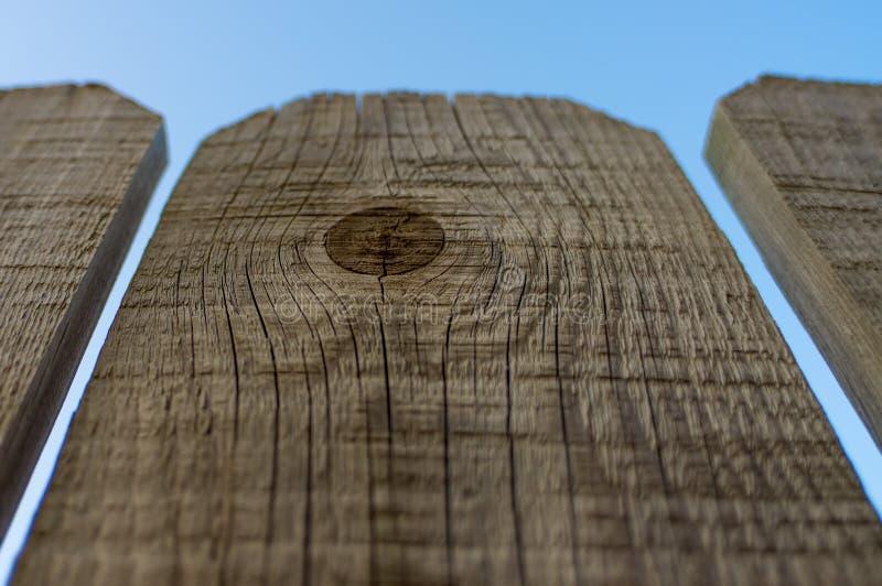 Tre pannelli del recinto di legno con il fondo del cielo blu immagini stock libere da diritti