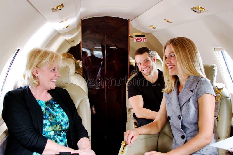 Tre passeggeri sul getto che godono della risata fotografia stock libera da diritti