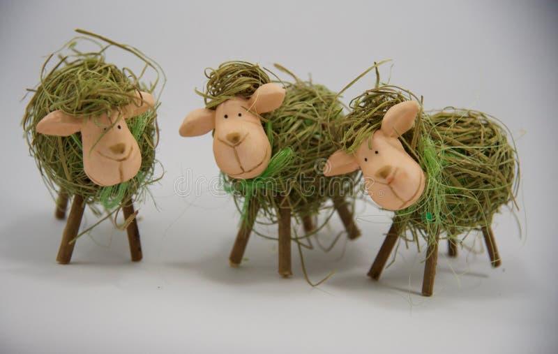 Tre pecore decorative della paglia di Pasqua fotografia stock libera da diritti