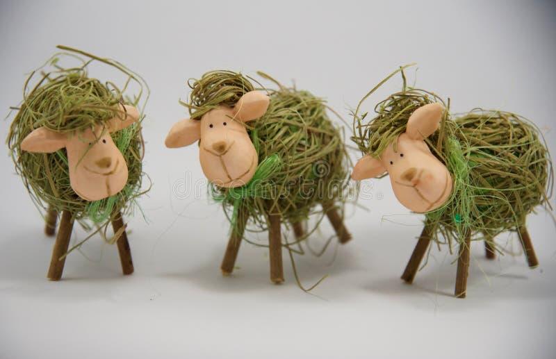 Tre pecore seconde della paglia di Pasqua fotografia stock