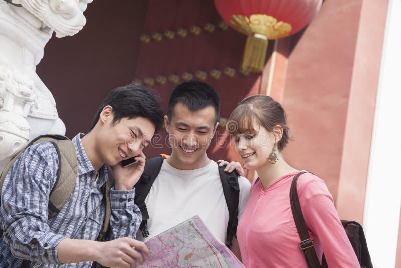 Tre personer som ser översikten. fotografering för bildbyråer