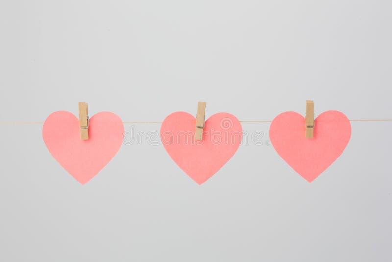 Note in forma di cuore con i Clothespins fotografia stock libera da diritti