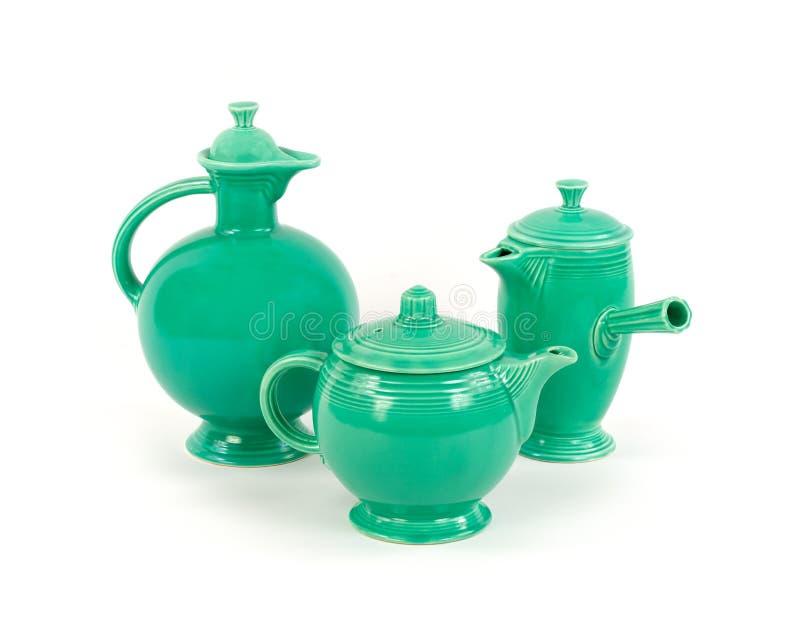 Tre pezzi di terraglie d'annata antiche di festa della glassa verde originale immagine stock