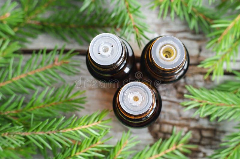 Tre piccole bottiglie dell'olio attillato essenziale dell'abete fotografie stock