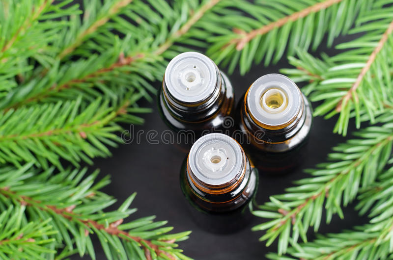 Tre piccole bottiglie dell'olio attillato essenziale dell'abete immagini stock libere da diritti