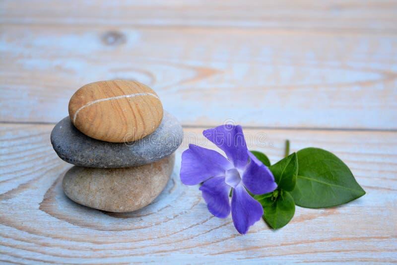 Tre pietre di zen con vecchio fondo di legno immagini stock