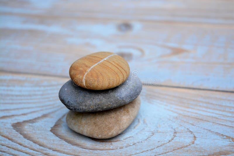 Tre pietre di zen su vecchio legno immagini stock libere da diritti