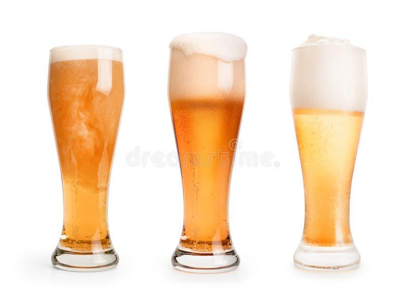 Tre pinte dell'insieme della birra isolate con il percorso di ritaglio immagine stock