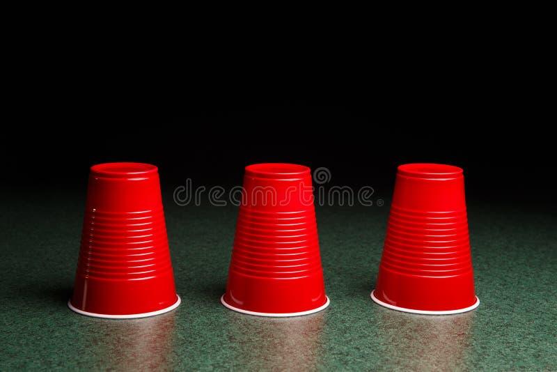 Tre röda koppar - Shell Game royaltyfri foto