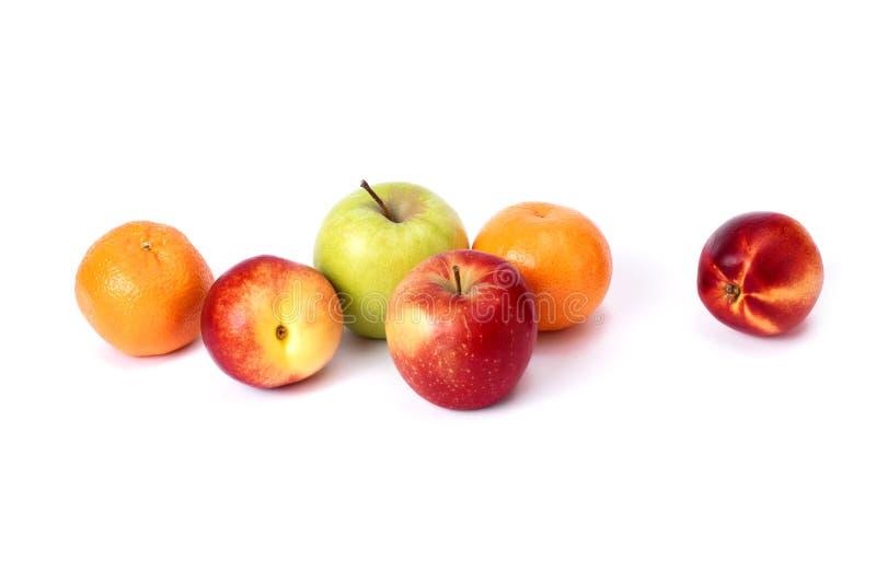 Tre röda skalliga persikor och mandariner på vit bakgrund Persikaäpplen och mandariner som är nära upp röd färg fotografering för bildbyråer