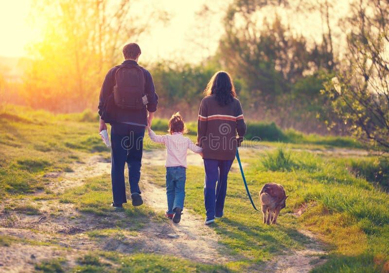 Tre ragazze che camminano via su un sentiero costiero immagini stock libere da diritti
