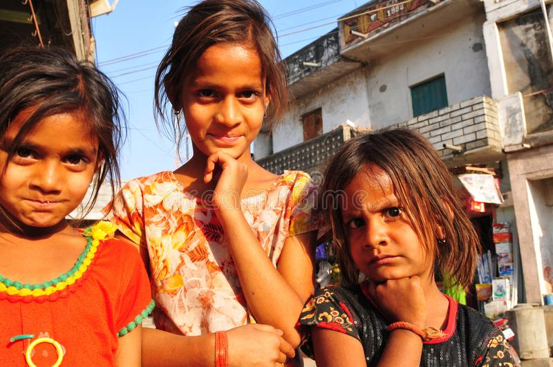 Tre ragazze dei bassifondi a Ahmedabad, Gujart fotografie stock libere da diritti