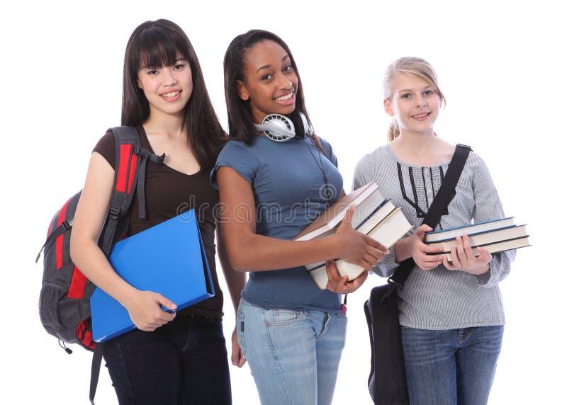 Tre ragazze etniche adolescenti dell'allievo nella formazione fotografia stock
