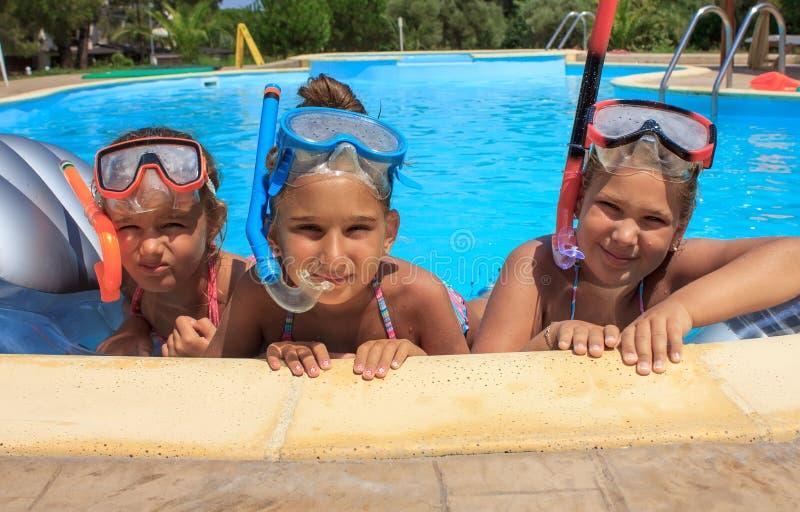 Tre ragazze nella piscina fotografia stock libera da diritti