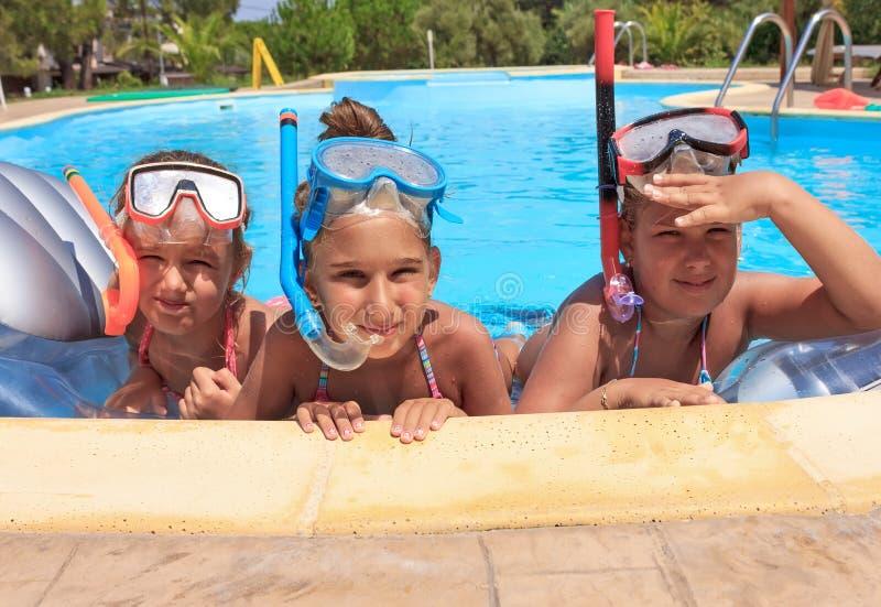 Tre ragazze nella piscina immagini stock libere da diritti