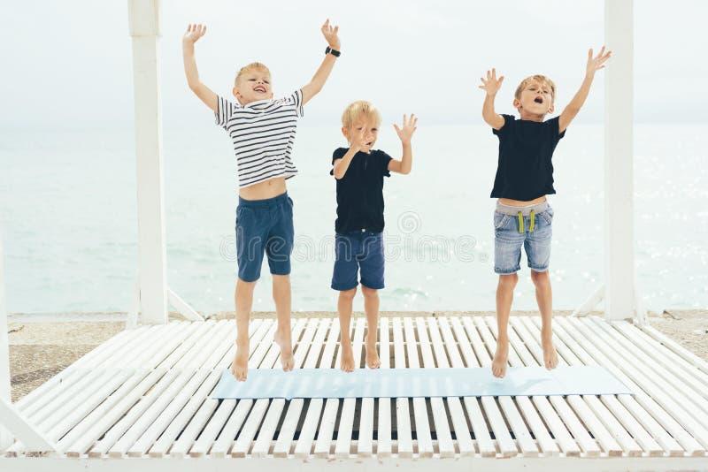 Tre ragazzi ballano e saltano immagini stock