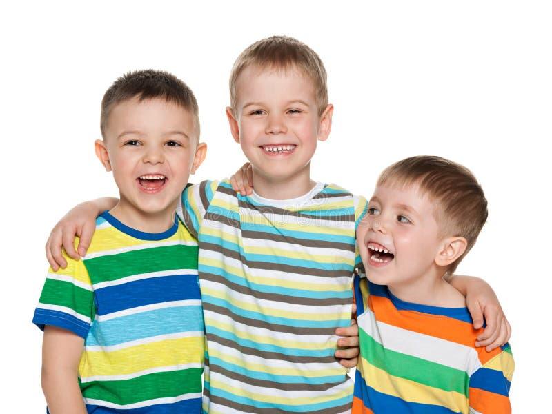 Tre ragazzi di risata allegri immagini stock libere da diritti