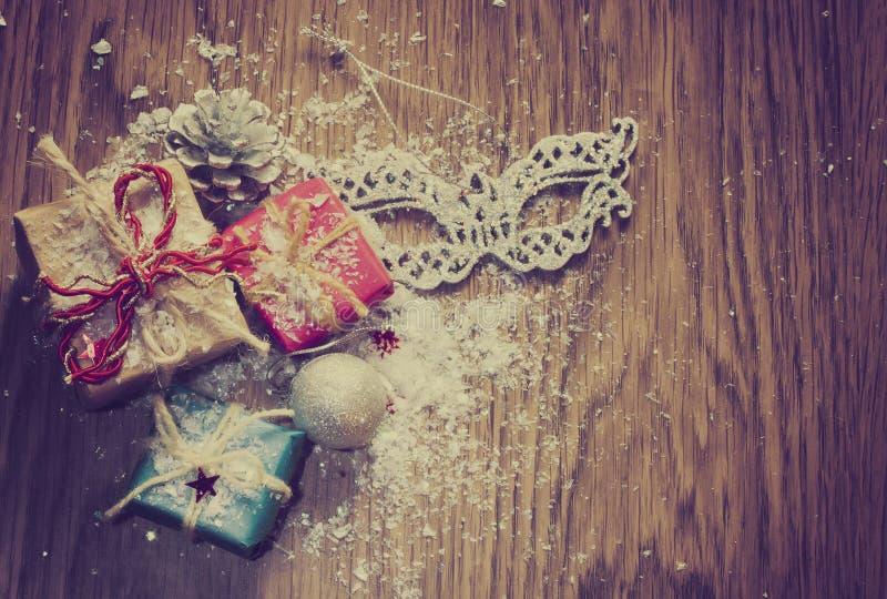 Tre regali di Natale, ornamenti e maschere immagine stock