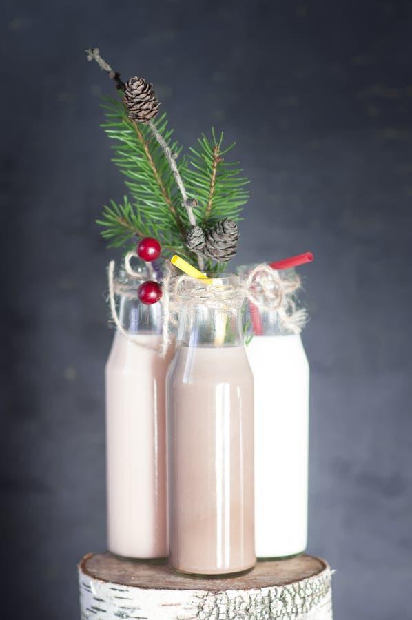 Tre retro flaskor med mjölkar coctailen royaltyfri fotografi