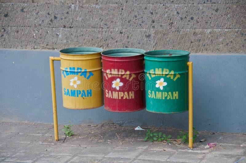 Tre riciclano i recipienti in Bali Il testo significa la pattumiera fotografie stock