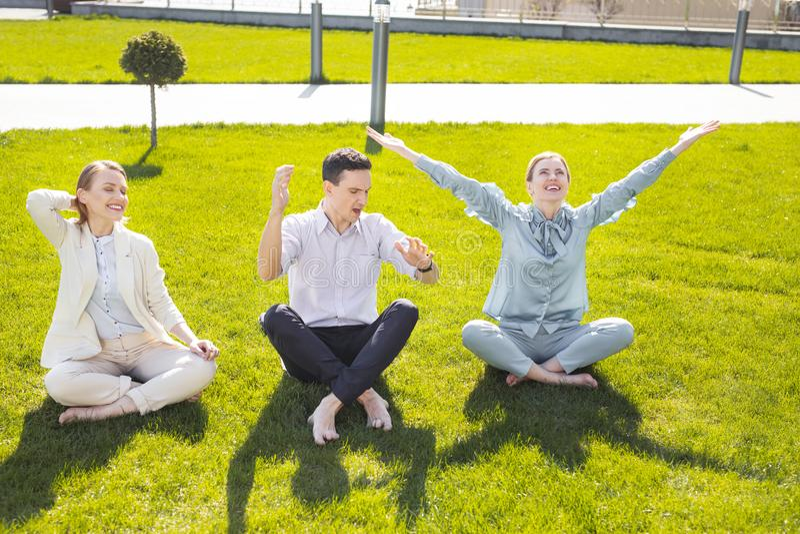 Tre riusciti capi corporativi che ritengono molto felici immagini stock libere da diritti