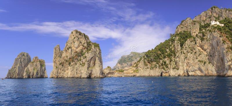 Tre rocce famose di Faraglioni nella baia di Napoli sulla costa dell'isola di Capri, Italia Pile di Capri, il simbolo del isla fotografie stock libere da diritti
