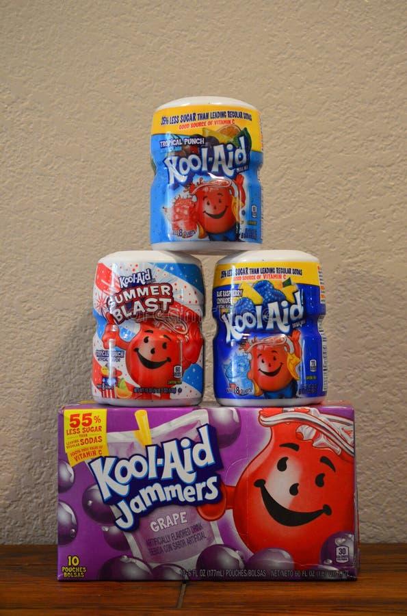 Tre sapori differenti della bevanda dell'Kool-aiuto si mescola su un contenitore di emittente di disturbo dell'Kool-aiuto dell'uv fotografie stock libere da diritti