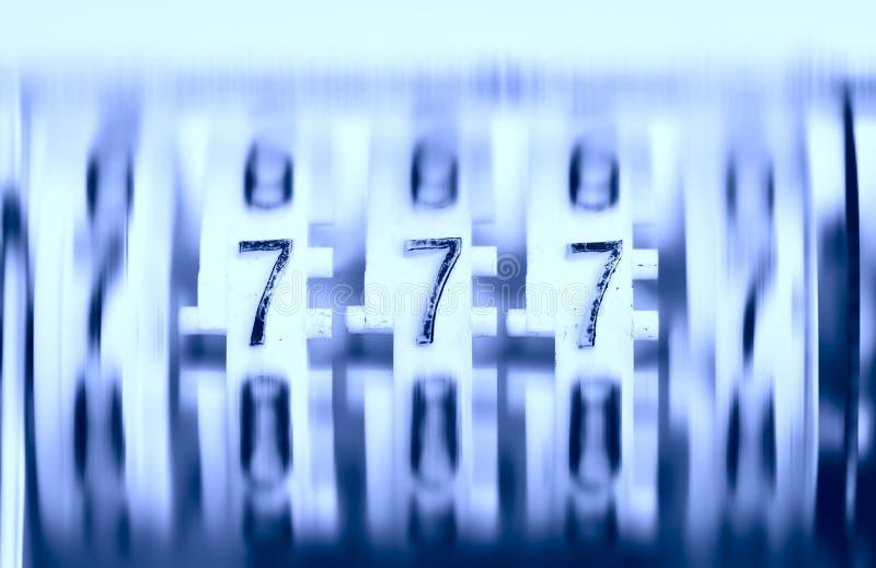 Tre sevens på den gamla roterande räknaren. Jackpott! arkivfoton