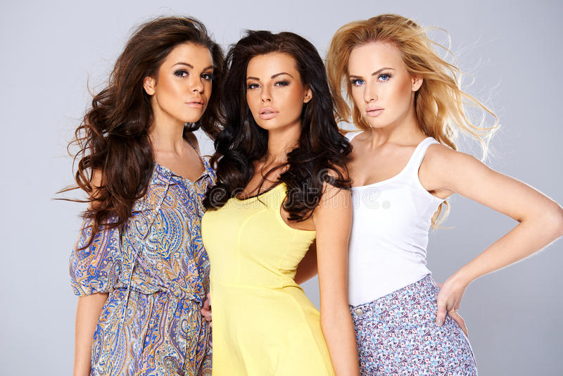 Tre sexiga chic unga kvinnor i sommarmode royaltyfri foto