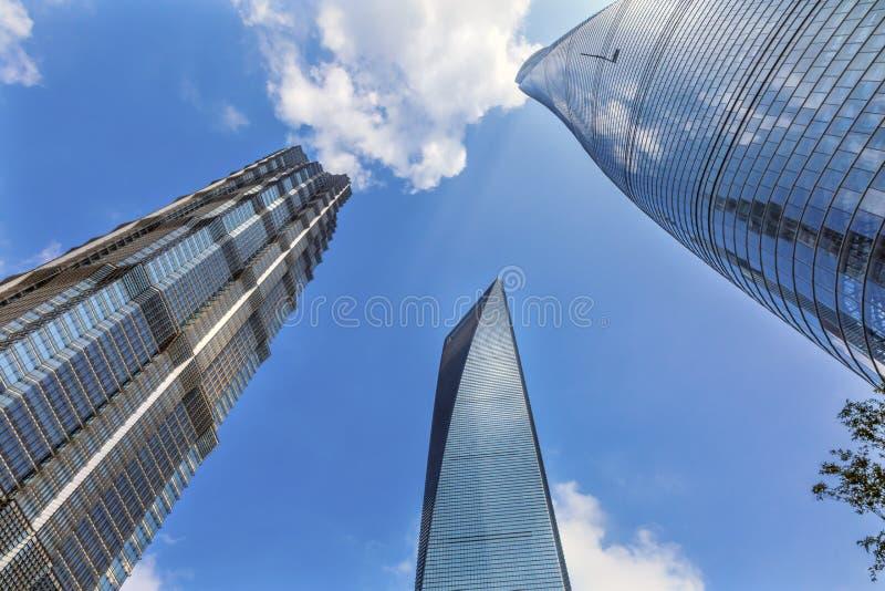 Tre Shan för skyskrapareflexionsLiujiashui finansiella område royaltyfri fotografi