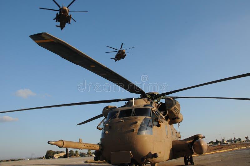Tre Sikorsky CH-53 i himlen royaltyfria bilder