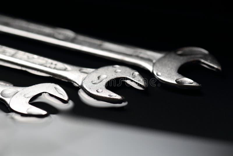 Tre skiftnycklar som ett symbol för teamwork i affärsgrupper arkivfoto