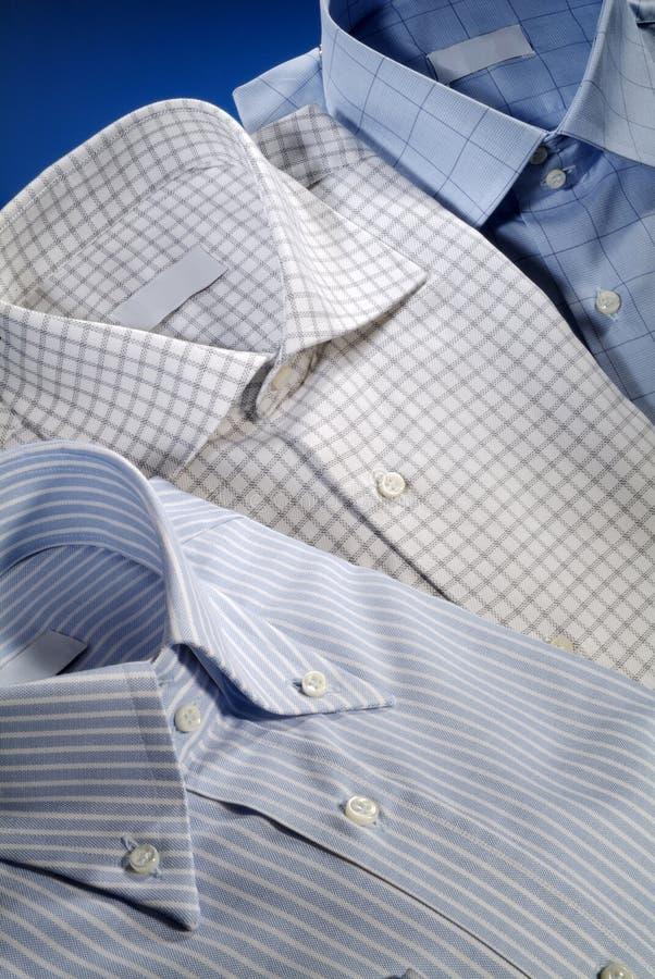 Tre skjortor för män arkivbild