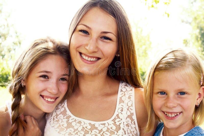 Tre skratta flickor royaltyfri fotografi