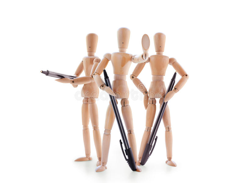 Tre som beväpnas med pennskyltdockor som isoleras på vit arkivfoto